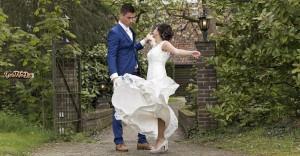 Bruid draait en de jurk wappert