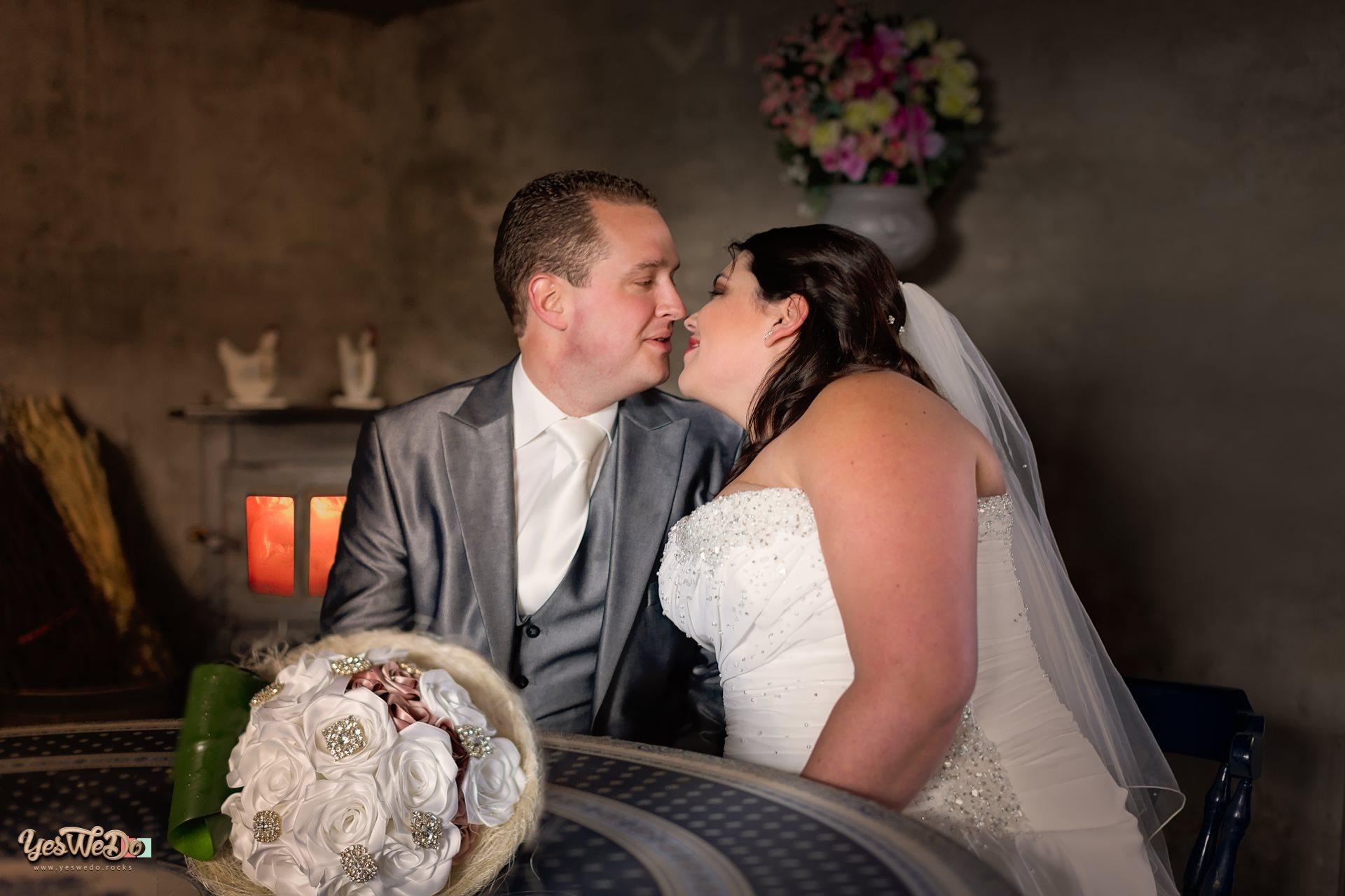Bruidspaar in de schuur bij een brandend kacheltje