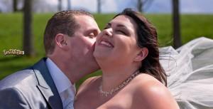 Bruidegom geeft bruid een dikke zoen