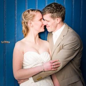 Bruidspaar voor een oude staldeur